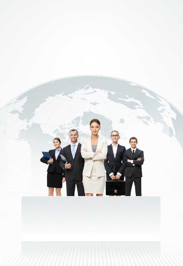 Gens d'affaires se tenant devant une carte de la terre images libres de droits