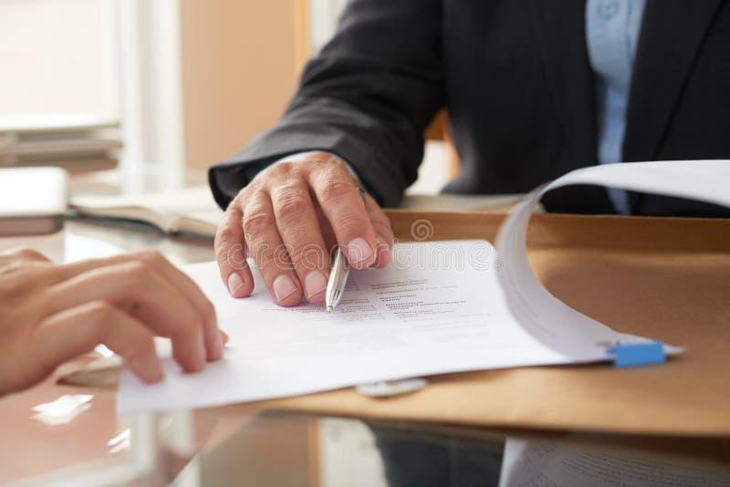 Gens d'affaires signant un contrat images libres de droits