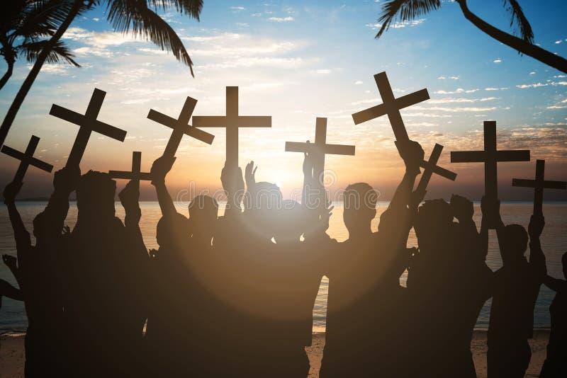 Gens d'affaires tenant des croix sur le rivage à la plage image libre de droits