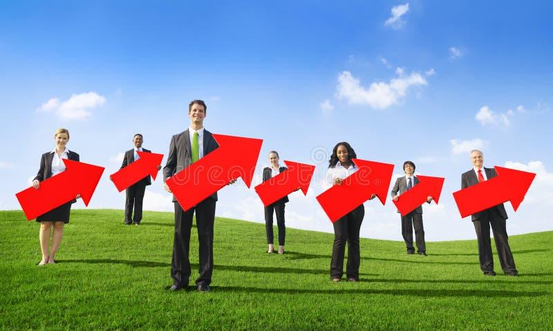 Gens d'affaires tenant des flèches se dirigeant en haut photos libres de droits