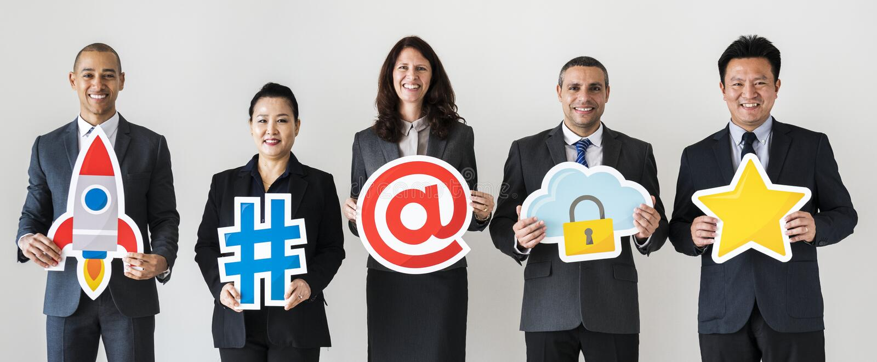 Gens d'affaires tenant et tenant des icônes images stock