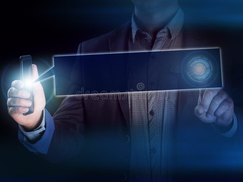 Gens d'affaires tenant le téléphone portable au sujet des données de recherches pour le DIS images libres de droits