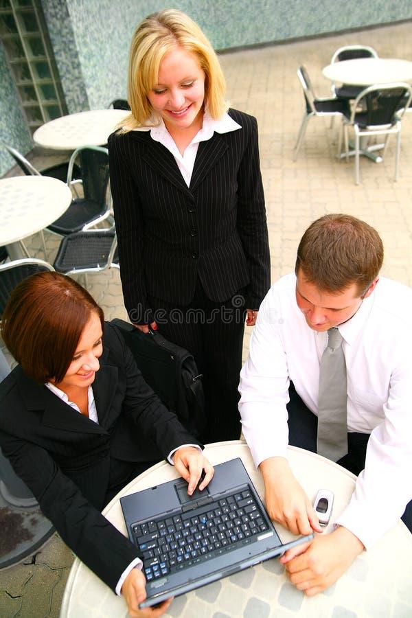Gens d'affaires travaillant à l'ordinateur portatif image stock