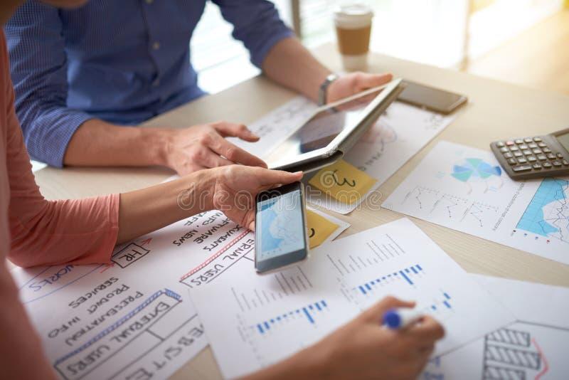 Gens d'affaires travaillant avec des données financières image libre de droits