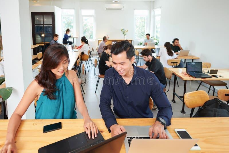 Gens d'affaires travaillant avec des ordinateurs images libres de droits