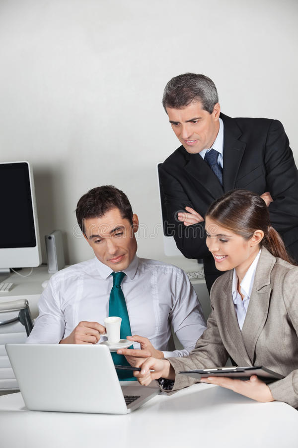 Gens d'affaires travaillant avec l'ordinateur portatif photo stock