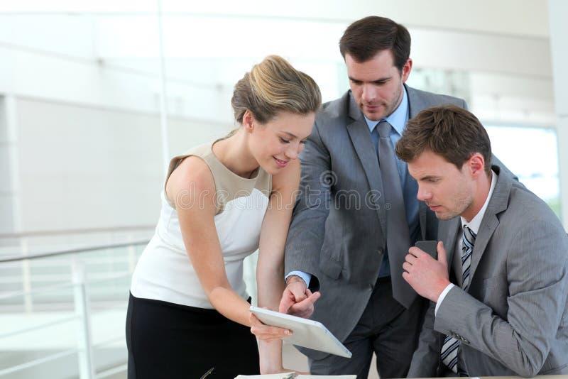 Gens d'affaires travaillant avec le comprimé photo libre de droits