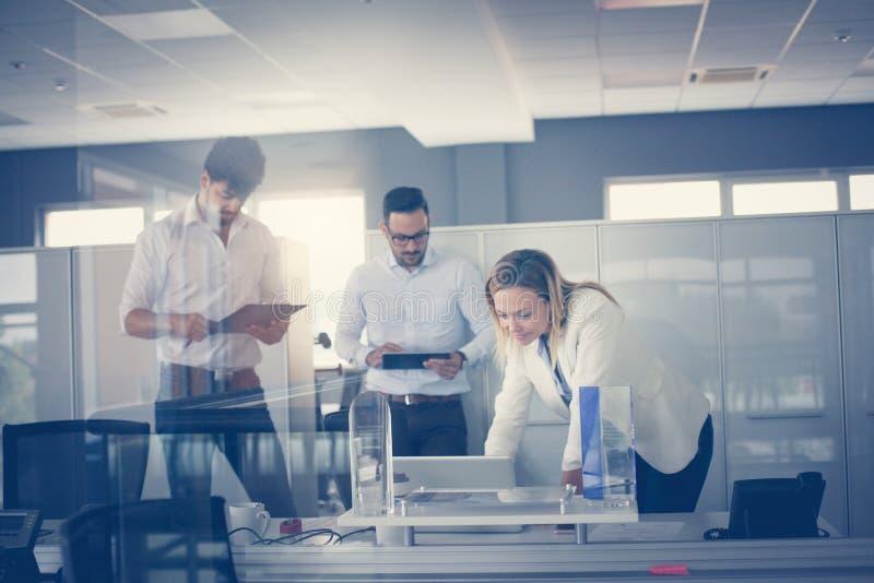 Gens d'affaires travaillant dans le bureau ensemble Collègue trois en o image stock