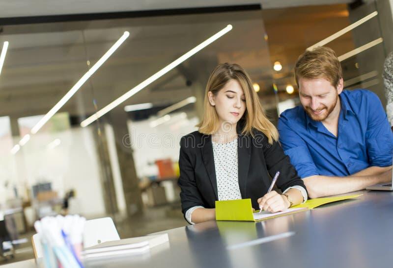 Gens d'affaires travaillant dans le bureau et la collaboration image stock