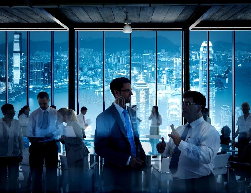 Gens d'affaires travaillant dans une salle de conférence photographie stock