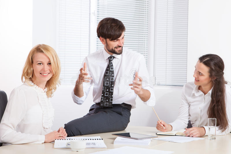 Gens d'affaires travaillant ensemble dans le bureau au bureau image libre de droits