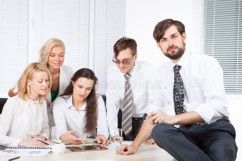 Gens d'affaires travaillant ensemble dans le bureau au bureau image stock
