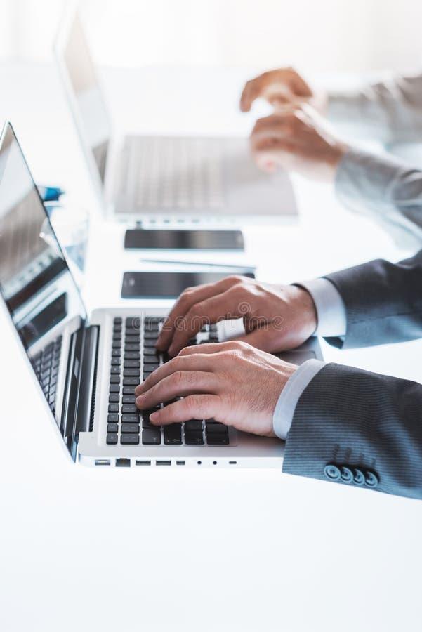Gens d'affaires travaillant sur des ordinateurs portables photo stock