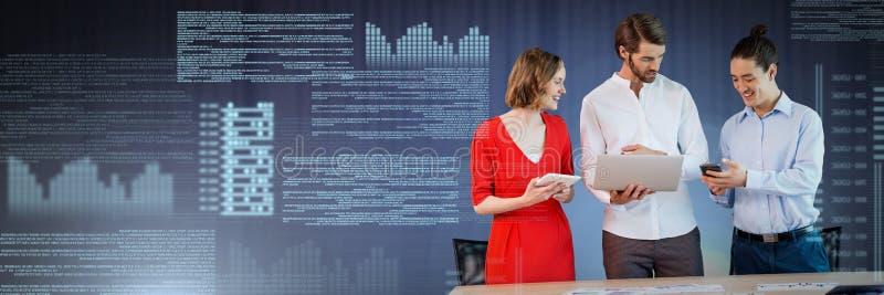 Gens d'affaires travaillant sur l'ordinateur portable avec l'interface des textes d'écran image stock