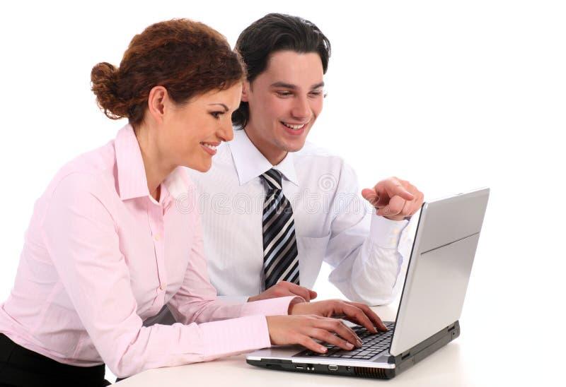 Gens d'affaires travaillant sur l'ordinateur portatif photo libre de droits