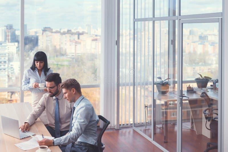 Gens d'affaires travaillants avec l'ordinateur portable photo stock