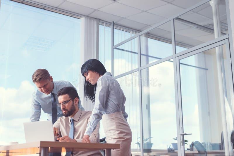 Gens d'affaires travaillants lors de la réunion image stock