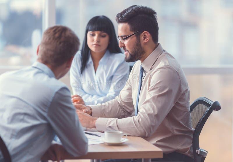 Gens d'affaires travaillants lors d'une réunion images stock