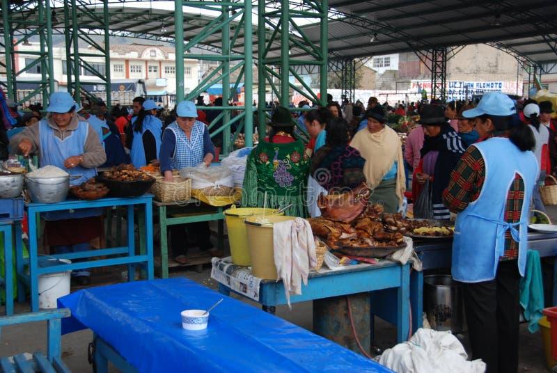 Gens d'Ecuadorian sur un marché local photos libres de droits