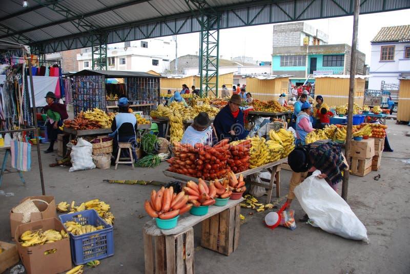 Gens d'Ecuadorian sur un marché local photos stock