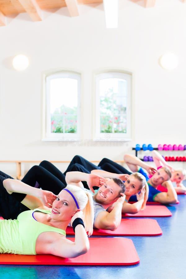 Gens de forme physique en gymnastique photos stock