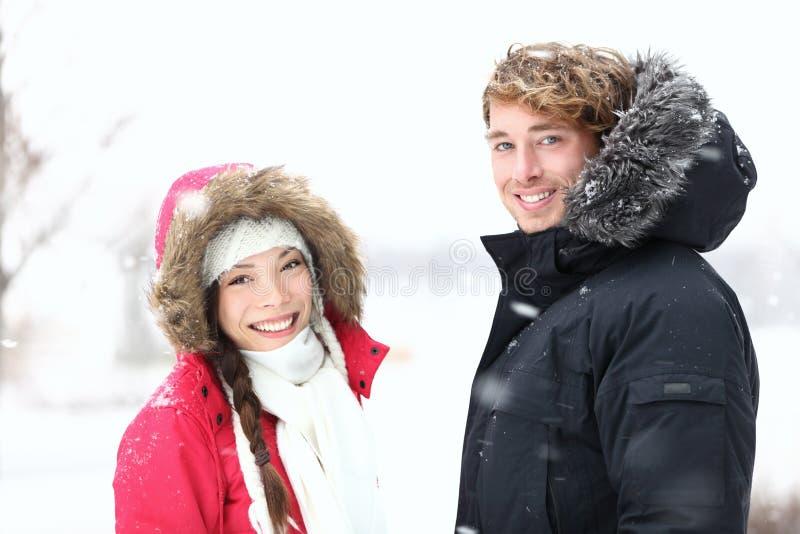 Gens de l'hiver : jeunes couples image stock