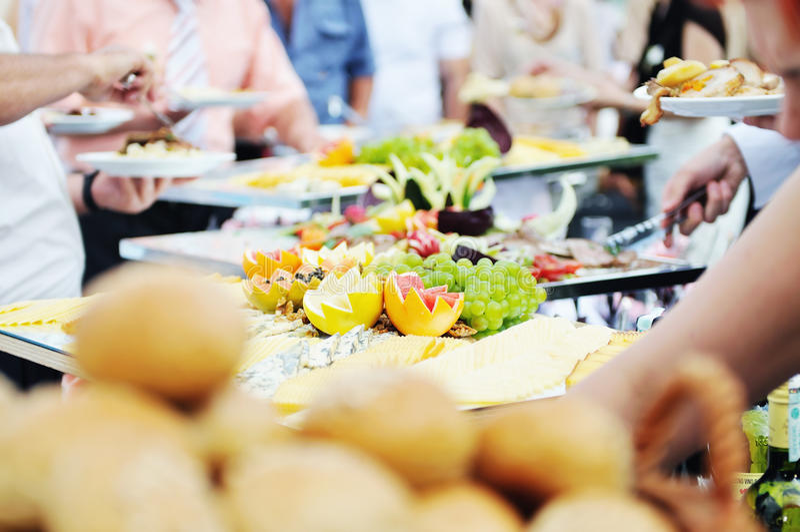 Gens de nourriture de buffet image libre de droits