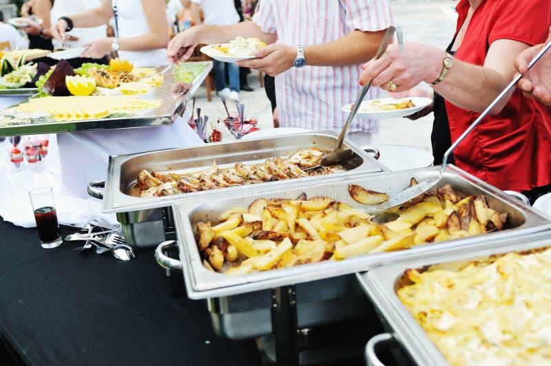 Gens de nourriture de buffet photos stock