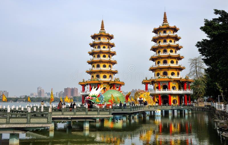 Gens du pays avec l'intérêt architectural de style chinois - Dragon Tiger Tower photo stock