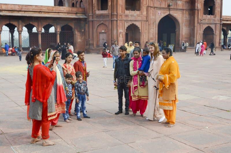 Gens du pays chez Jama Masjid prenant des photos avec le touriste étranger photo libre de droits