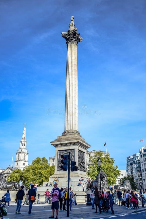 Gens du pays et touristes traînant à la colonne du Nelson chez Trafalgar Square à la Cité de Westminster, Londres centrale, Angle image libre de droits