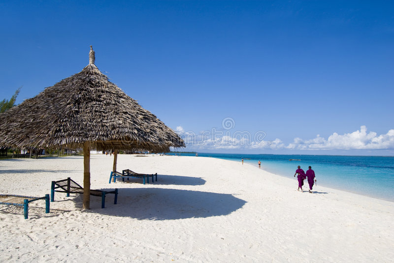 Gens du pays marchant sur la plage à Zanzibar photographie stock