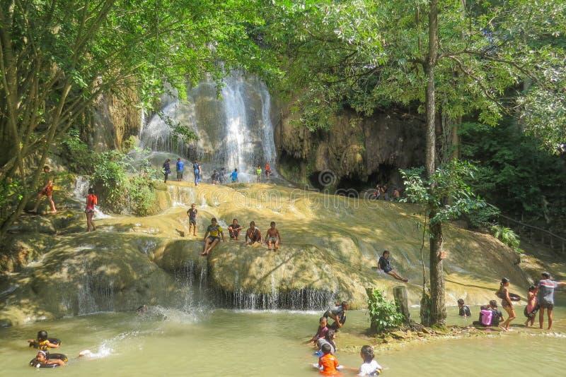 Gens du pays nageant dans la cascade de Sai Yok photographie stock libre de droits