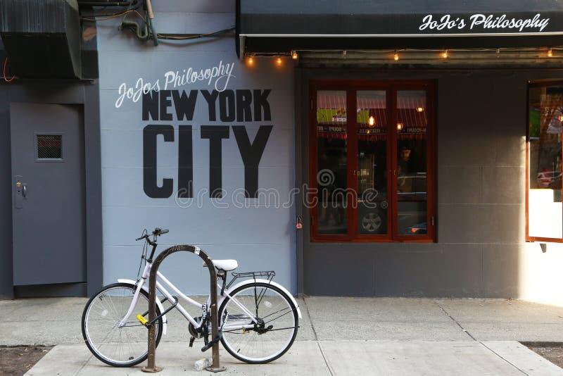 Gens du pays pour les jeunes dans le Greenwich Village images stock