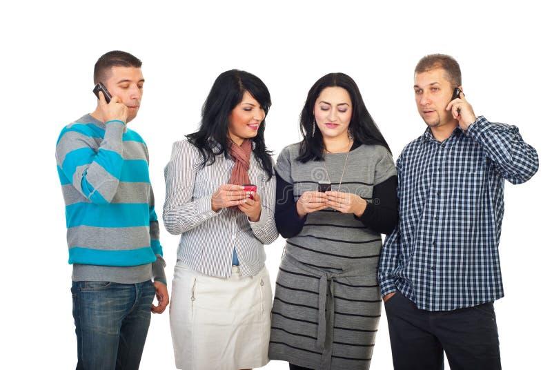 Gens heureux à l'aide des téléphones portables photo libre de droits