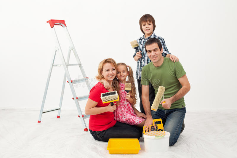 Gens heureux disposant à peindre leur maison photos libres de droits