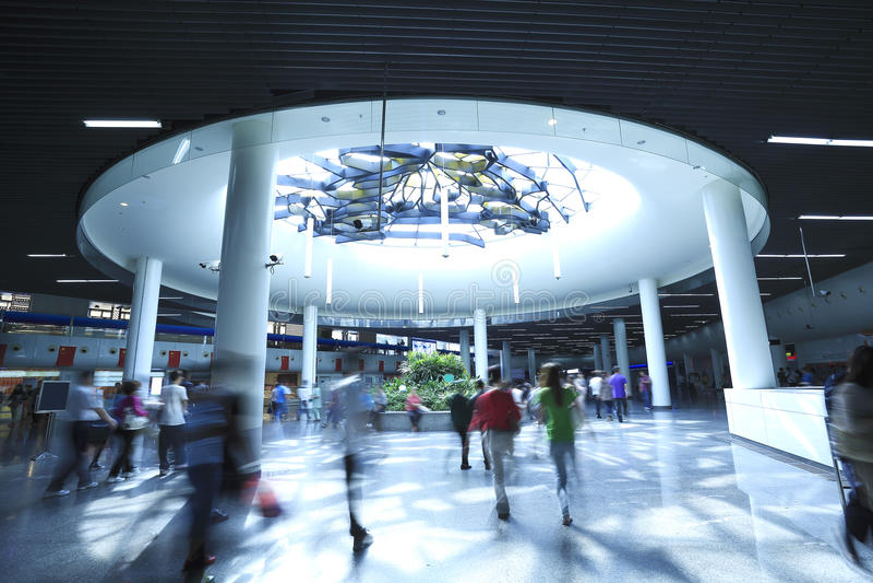 Gens intérieurs de souterrain futuriste marchant dans la tache floue de mouvement photo stock