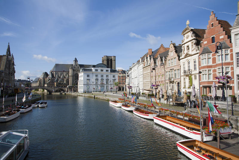 Gent - χαρακτηριστικά παλάτια από την οδό Korenlei στοκ εικόνες