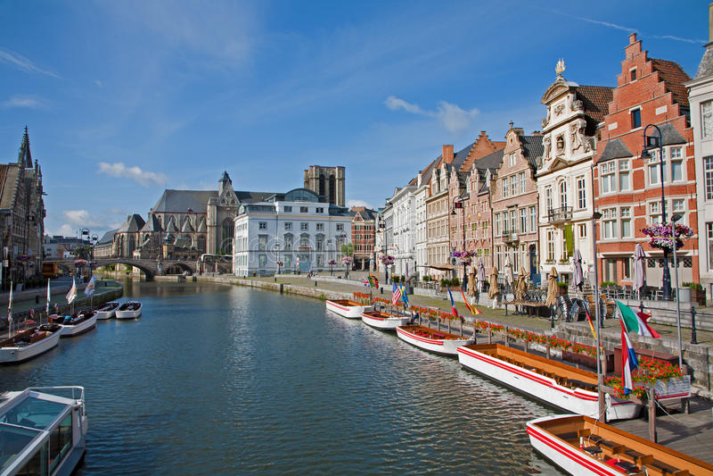 Gent - χαρακτηριστικά παλάτια από την οδό Korenlei με το κανάλι και την εκκλησία Αγίου Michael στοκ εικόνα με δικαίωμα ελεύθερης χρήσης