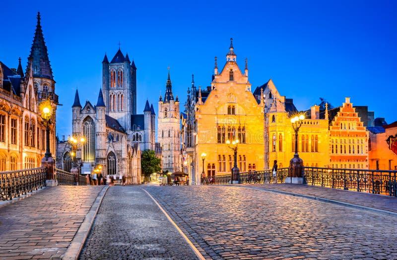 Gent, башня Фландрии, Бельгии - Бельфора и Gralesi на ноче стоковое фото