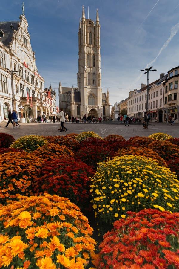 Gent, Bélgica - 10 26 2019: Catedral de São Bavo Sint-Baafskathedraal uma bela vista do local principal com algumas pessoas e alg fotos de stock royalty free
