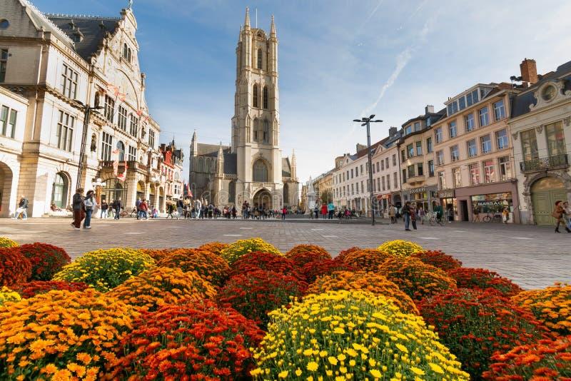 Gent, Bélgica - 10 26 2019: Catedral de São Bavo Sint-Baafskathedraal uma bela vista do local principal com algumas pessoas e alg imagens de stock royalty free
