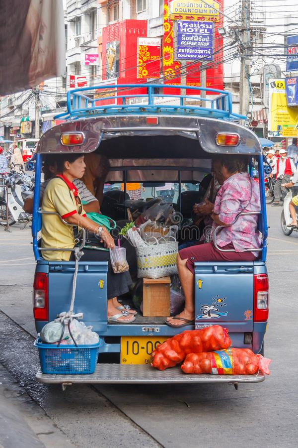 Gente abarrotada en un autobús urbano que sale del mercado i imagen de archivo