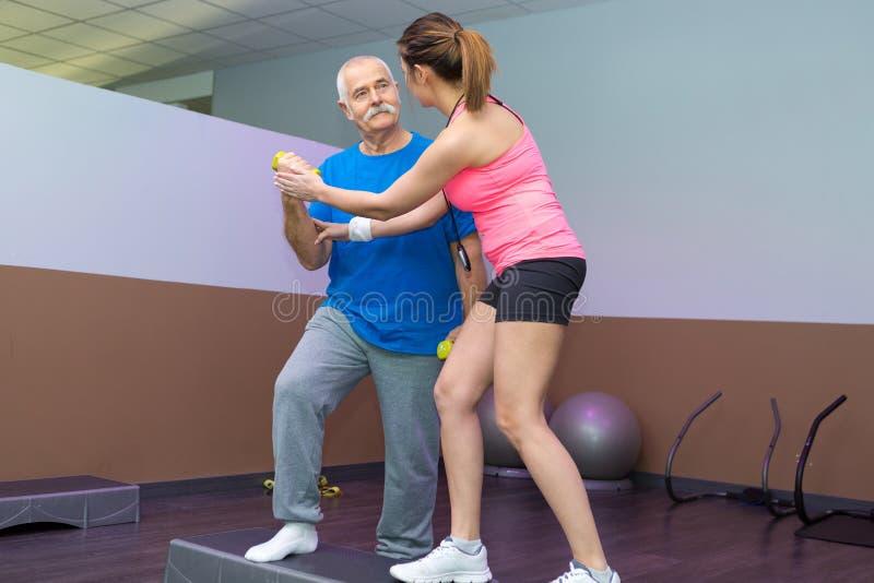 Gente adulta del grupo que hace el crossfit en club de fitness foto de archivo libre de regalías