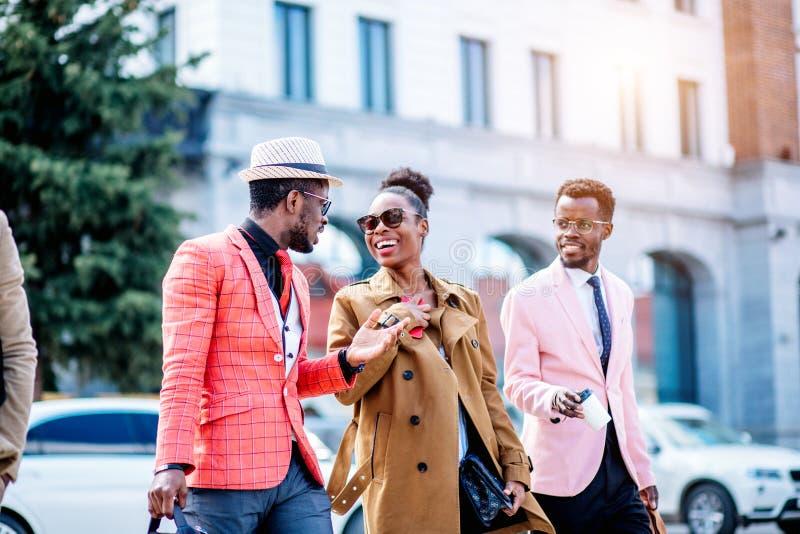 Gente africana piacevole emozionale che discute il film dopo essere andato al cinema fotografie stock