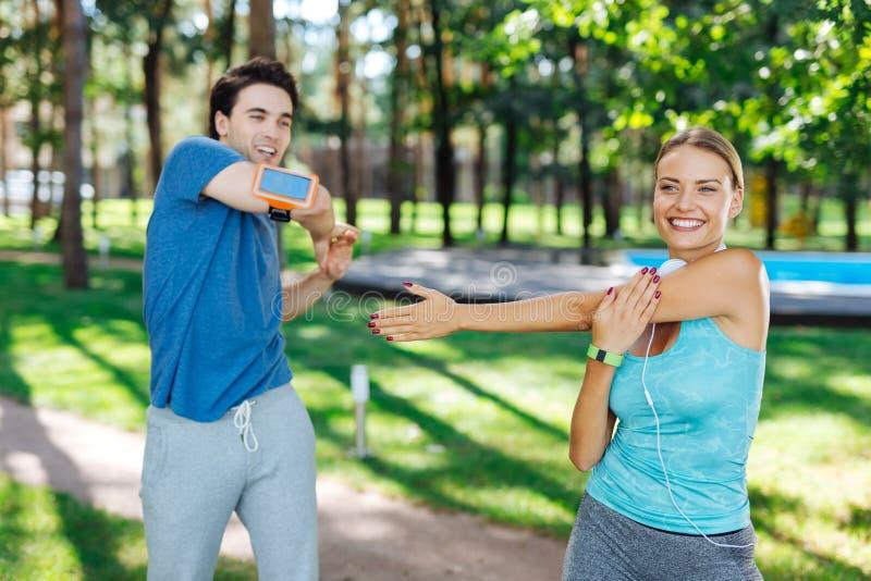 Gente alegre encantada que goza haciendo actividades de los deportes imagen de archivo libre de regalías