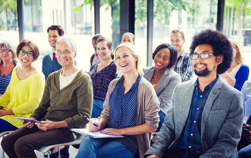 Gente alegre y diversa que escucha imagen de archivo