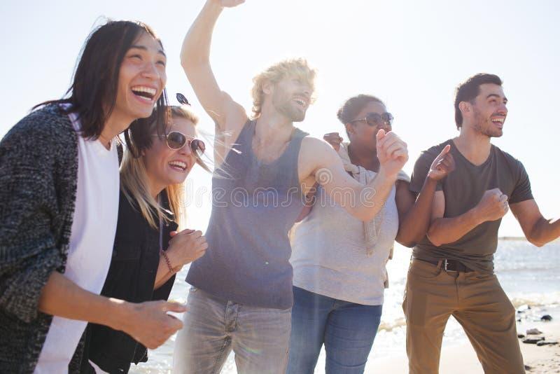 Gente allegra sul partito multietnico immagine stock libera da diritti