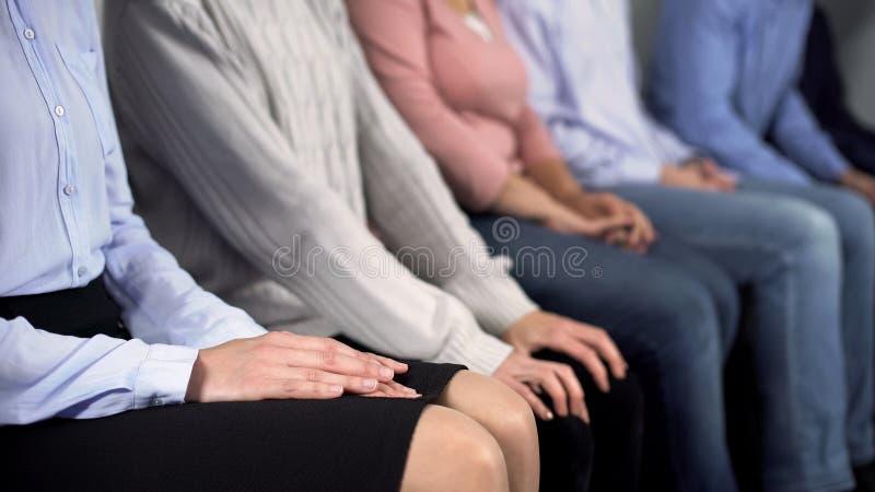 Gente ansiosa che aspetta nella coda all'ospedale, momenti stressanti, cattivo servizio immagine stock