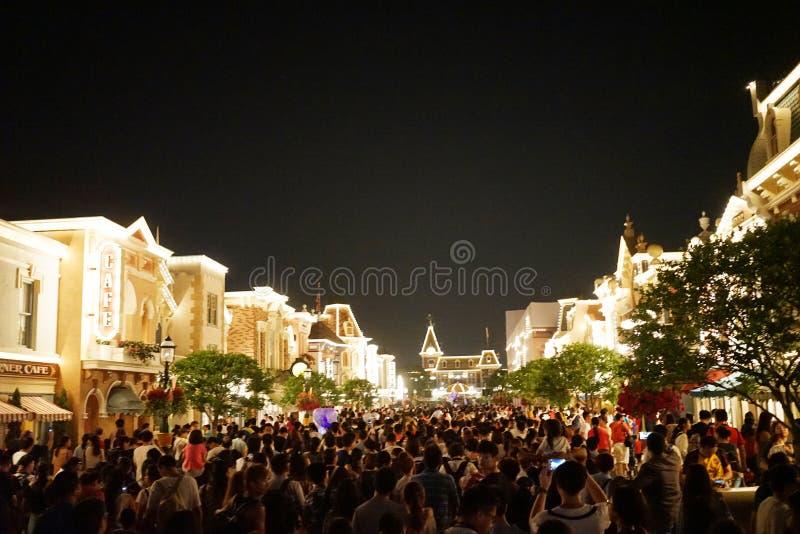 Gente apretada en Hong Kong Disneyland foto de archivo libre de regalías